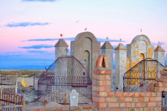 Muslimsk kirkegård i solnedgangen