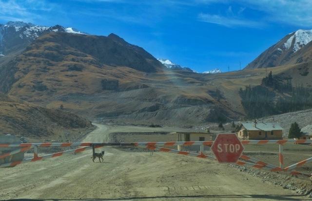Vi bliver stoppet af vagtpost, da vi vil køre op til en guldmine i 4200 m. højde. Han bestikkes med et smil og et par kiks 😉