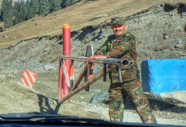 Den venlige vagtpost på vej på til guldminen Komtor