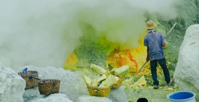 Svovlen overhældes med vand, så det forstener. Herefter skæres det ud i blokke, og arbejderne kan herefter fylde deres bumbuskurve op med svovlen