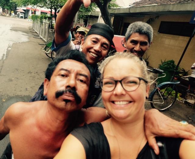 Festlig selvskab med rickshaw-chaufførerne. De insisterede på et selfie. Efter en del fejlslagne forsøg lykkedes det