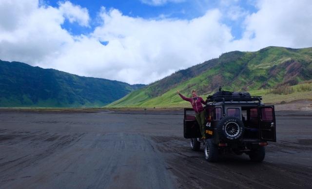 Med jeep igennem plateauet, noget dyrere end med bussen samme vej retur som jeg kom fra, men hele turen værd. Kørte oppe på et pas, hvor der gik stejle skråninger ned på begge sider