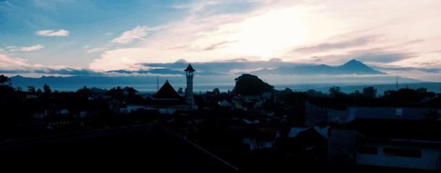 Solopgang over Malang. Udsigten fra mit hostel, som ret cool var lavet af små bambushytter bygget på taget af et hotel.