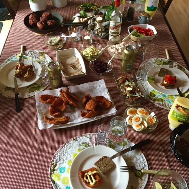 Rødternet dug og fiskefileter. Dansk frokostbord - mumsi