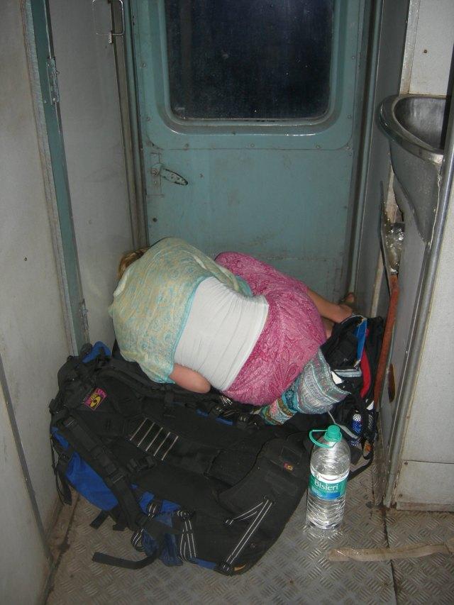 """Nattog Indien - det må være den dårligste """"seng"""" jeg nogensinde har sovet i. På røven i et indisk tog (der var ikke flere billetter). Måtte sove i mellemgangen oven på backpacken ved siden af toilettet og skraldespanden. Blev smidt af toget da konduktøren opdagede de manglende billetter. Heldigvis lykkedes det at nå frem til destinationen."""